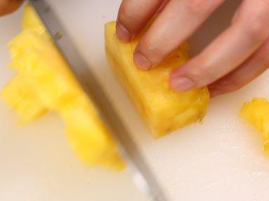 菠萝洗净切丁、腊肠切段、洋葱、胡萝卜切丁、蒜切末。