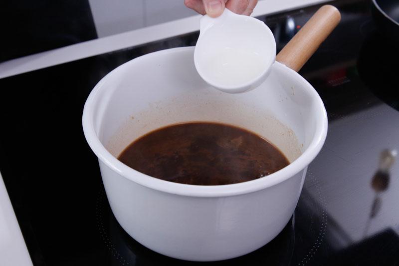 加入水淀粉煮至酱汁浓稠,备用。